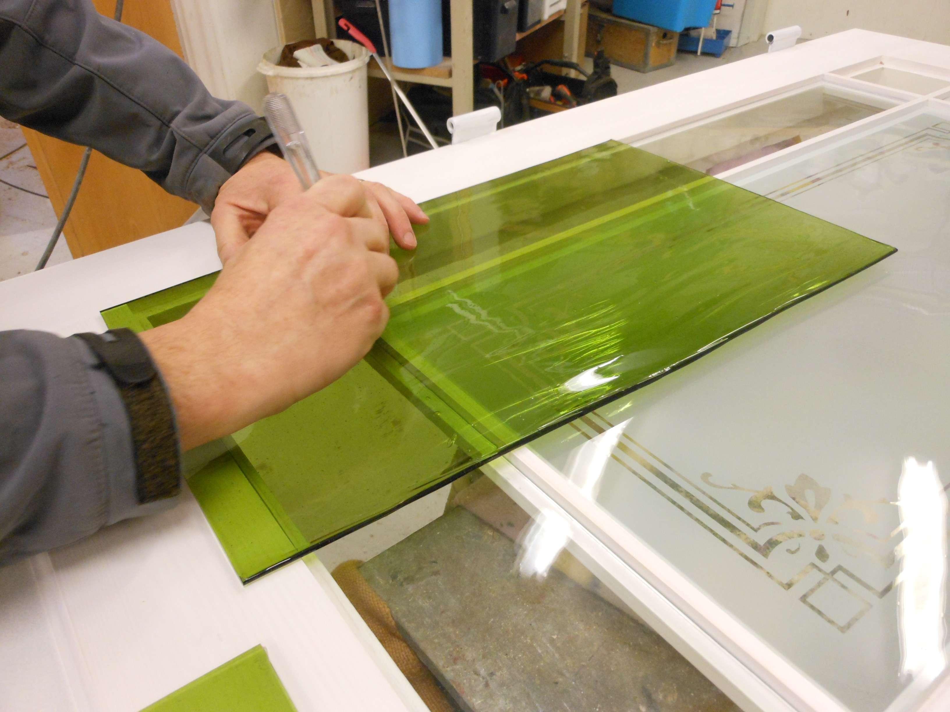 Vi skär grönt munblåst glas