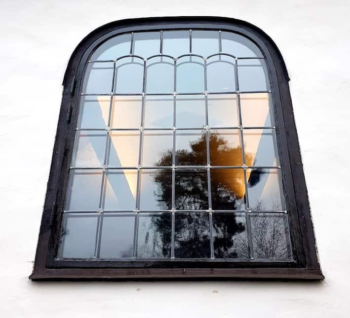 Lagar trasigt fönster i Enskede kyrka