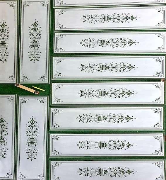12 stycken platsbyggda vitrinskåp får dekorblästrade glas