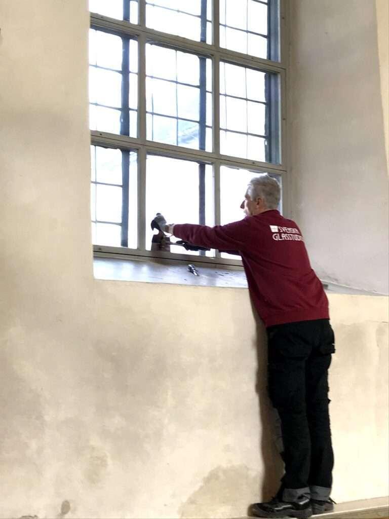 Reparerar kyrkfönster, Österåkers kyrka